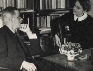 800px-James_Joyce_with_Sylvia_Beach_at_Shakespeare_&_Co_Paris_1920