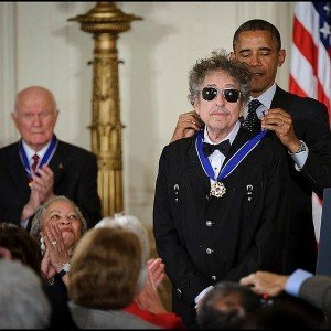 741px-President_Barack_Obama_presents_American_musician_Bob_Dylan_with_a_Medal_of_Freedom
