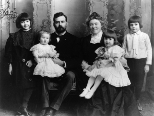 792px-Ernest_Hemingway_with_Family,_1905