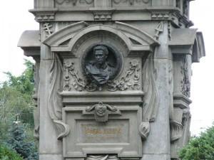 800px-Levskis_monument11-300x225