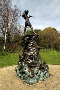 640px-Peter_Pan_statue_in_Kensington_Gardens_in_the_City_of_Westminster_in_London,_spring_2013_(12)