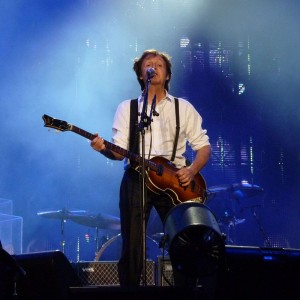 800px-Paul_McCartney_live_in_Dublin2