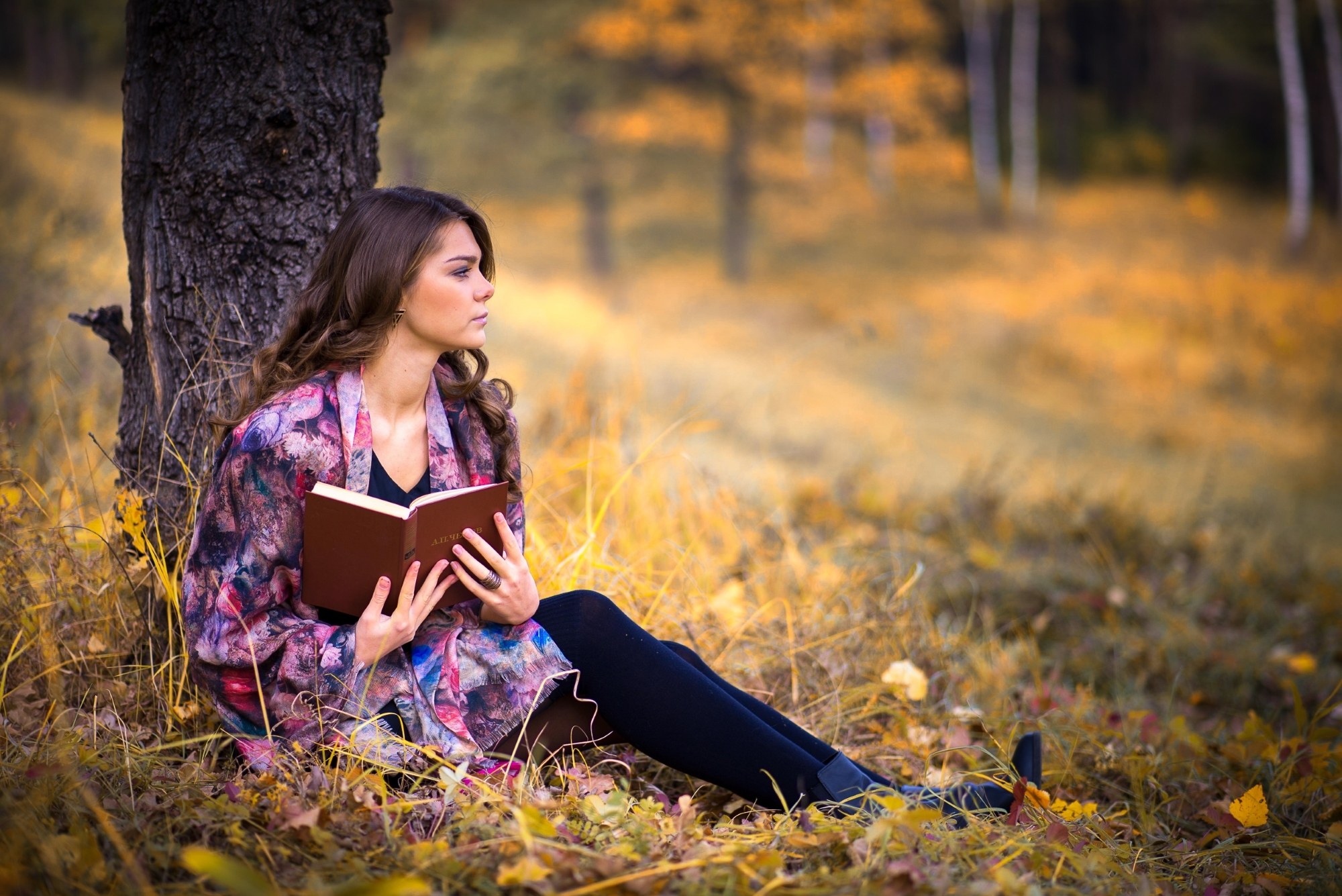 девушка-с-книгой-сидит-под-деревом