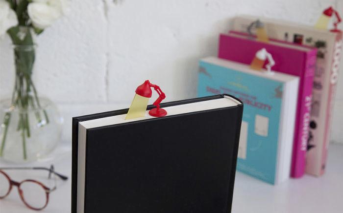 Защо пък книгоразделителят да не е лампичка :)
