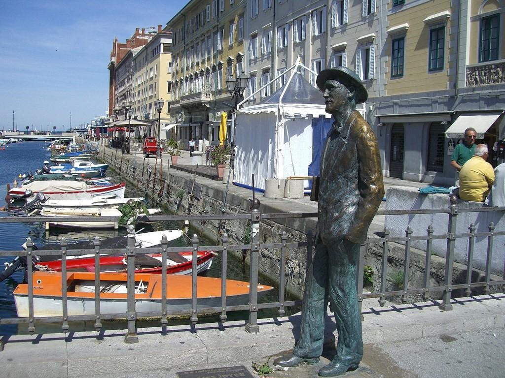 Паметник на писателя - отново в Триест
