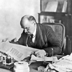 Lenin-reading-newspaper