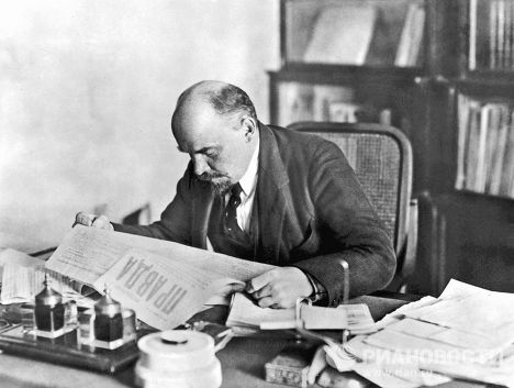 Lenin-reading-newspaper