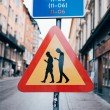 Verkehrsschilder-in-Stockholm-warnen-vor-Menschen-mit-Smarthphone-5