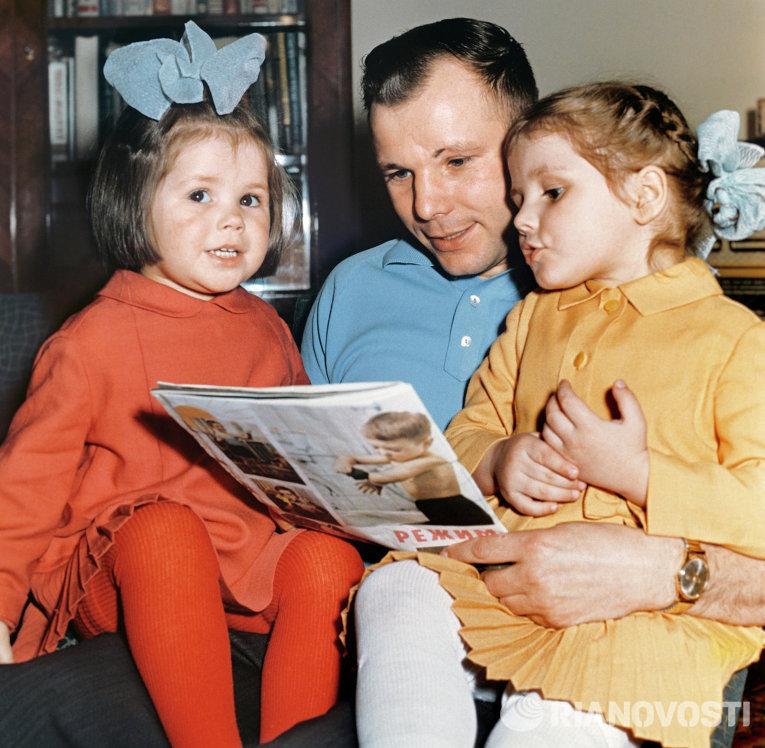 Юрий Гагарин и дети фото