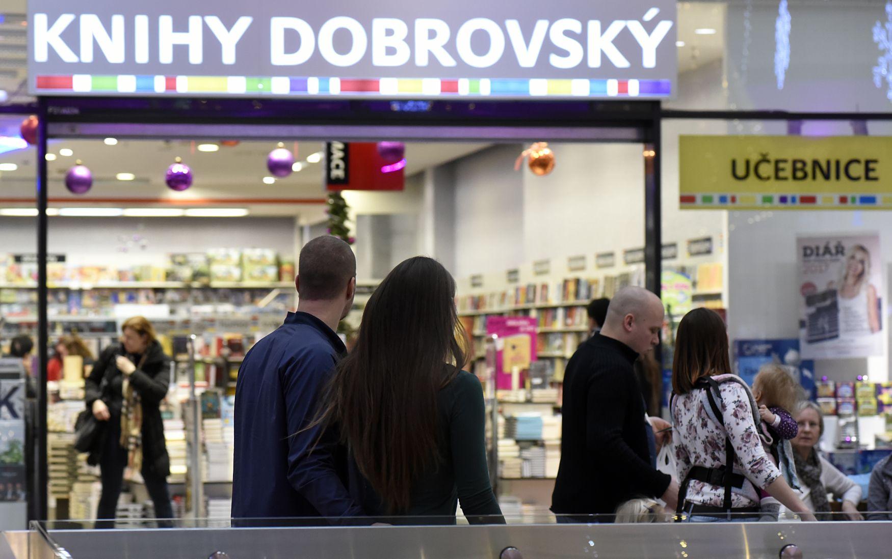 Obchodní centrum Nová Karolina, vánoční nákupy, nákup, zákazník, dárek, dárky, Knihy Dobrovský, knihkupectví, nákupní horečka