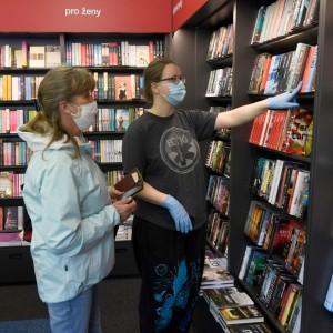 knihkupectví Kanzelsberger, znovuotevření, prodavačka, zákaznice, rouška, knihy---Shop with books, bookshop, customer, sales manager, face mask, Kanzelsberger