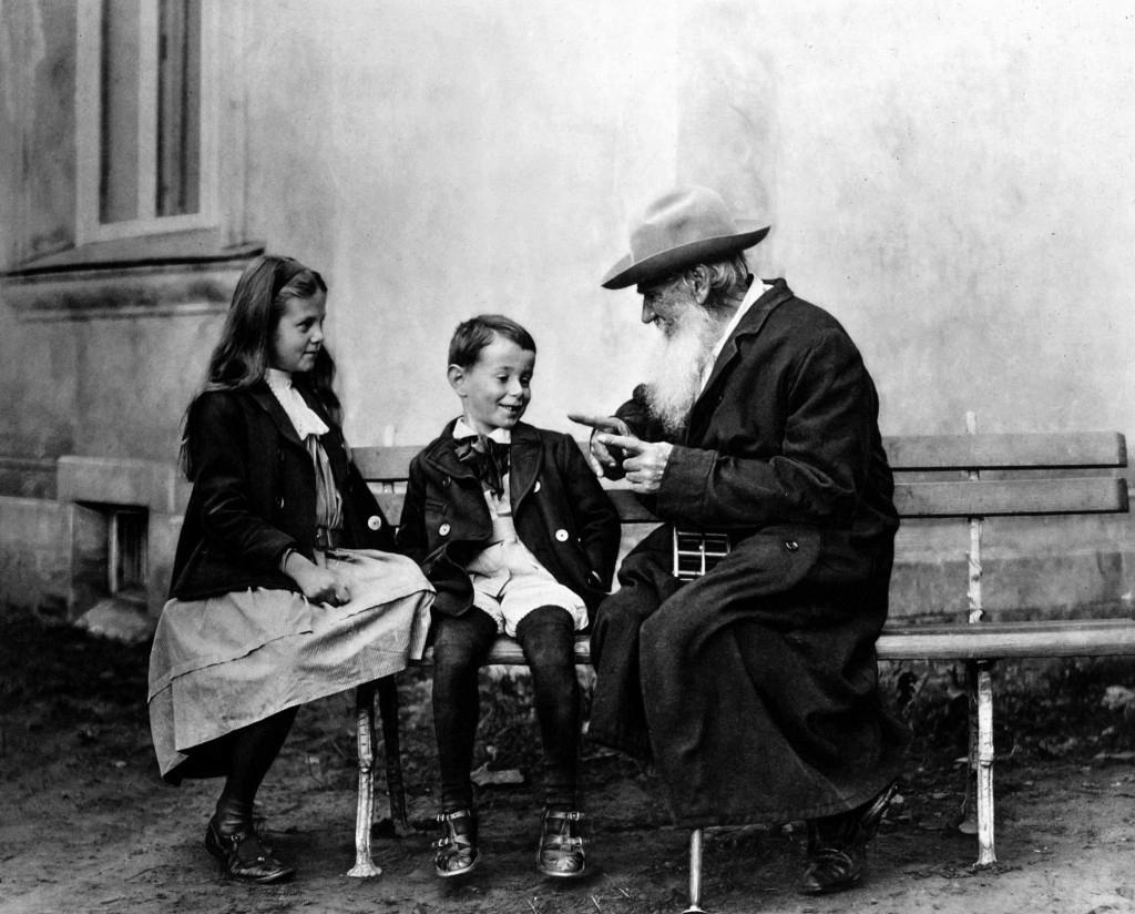 Tolstoi_avec_ses_petits-enfants (1)