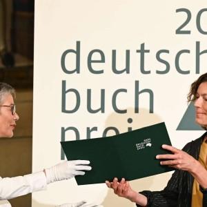 24125887-anne-weber-wird-im-kaisersaal-des-frankfurter-roemers-mit-dem-deutschen-buchpreis-2020-ausgezeichnet-3OkSj1SAhQea