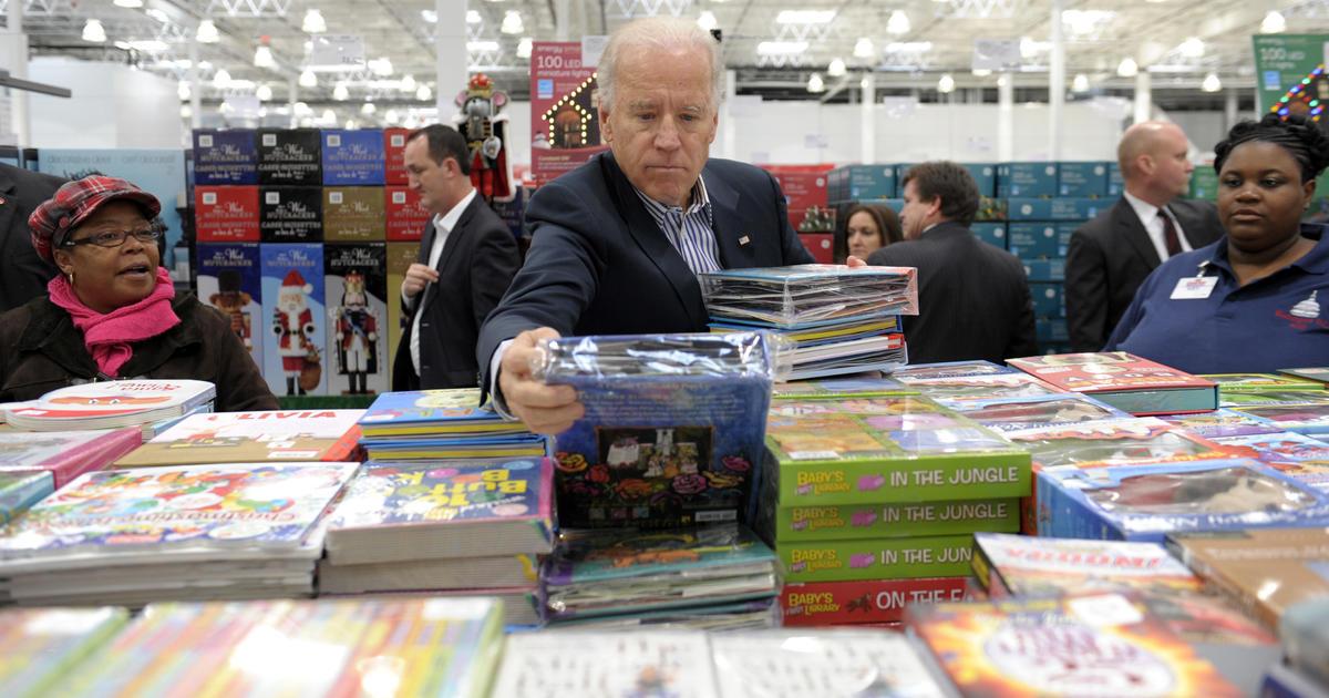 Любопитен кадър, улавящ новия президент на САЩ Джо Байдън, избиращ книга в хипермаркет